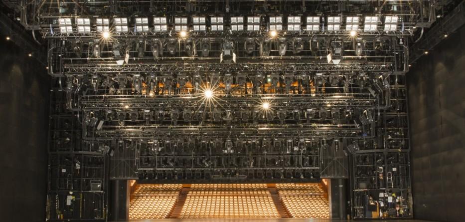 Claypaky-National_Theatre_Tokyo_2_-_Photo_by_Shinjiro_Oono_PRG-web-933x445
